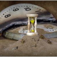 часы как символ прошлого на Таро.
